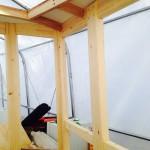 En plywoodskiva blir styrhyttens tak. Insidan målad med linoljefärg.